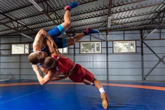 摔角鎖頸9秒 啪一聲!大腿骨當場斷2截