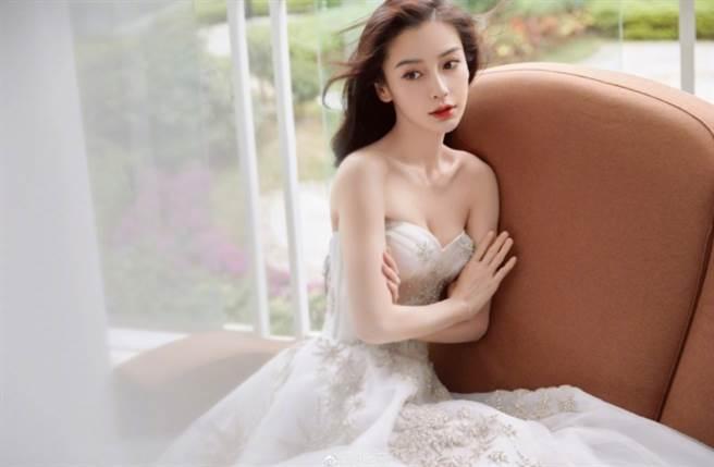 大陸女星Angelababy(楊穎)以中德混血五官配上纖瘦身材走紅。(圖/摘自微博@昕薇)