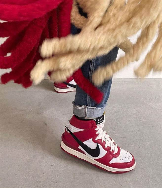 Yoon Ahn親著曝光!AMBUSH x Nike Dunk High 經典 Chicago紅黑配(圖/BEEMEN蜂報提供)