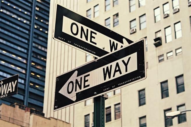 一生當中將面臨許多選擇,在理想與現實間拉扯。(取自網路)