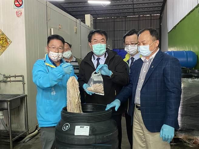 台南市長黃偉哲今天到永一腸衣公司稽查。(曹婷婷攝)