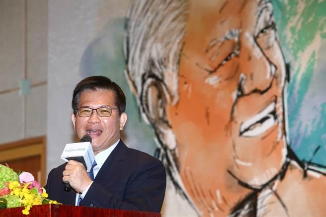 1月15日是已故前總統李登輝冥誕,台灣智庫15日舉行研討會。交通部長林佳龍致詞時表示,台灣人須接起李登輝的擔子,為下一代撐開道路,朝民主深化前進。(鄧博仁攝)