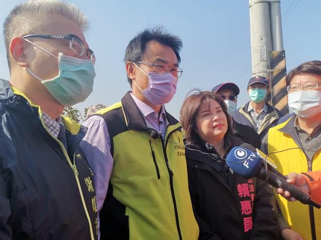 農委會主委陳吉仲(左二)15日受訪時表示,台灣豬標章政策方向百分之百正確,台灣豬標章管理及審核機制,回歸農委會畜牧處來處理。(劉秀芬攝)