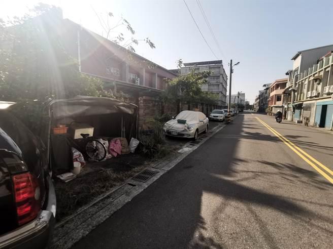 竹南照南國中小學西側明德街沿線,因屬私人土地成為停車空間,竹南鎮公所將籌資改成人行道,供學生安全通行。(謝明俊攝)。