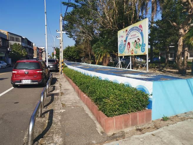 竹南鎮公所籌資將海口國小校門口前打造成學童安全通道。(謝明俊攝)