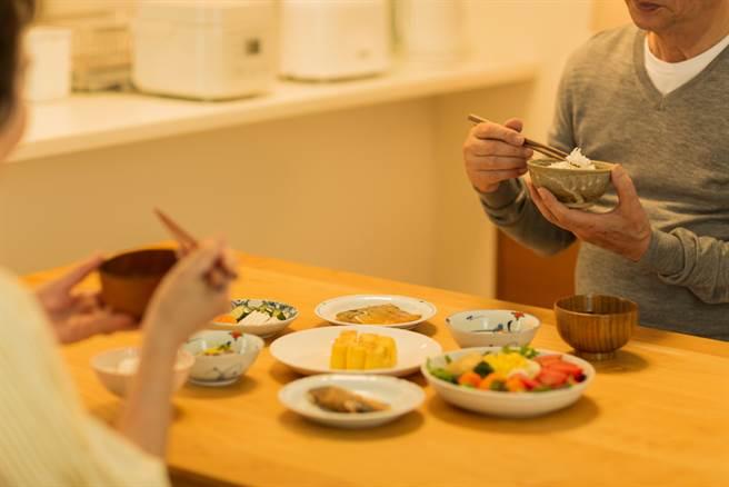 營養學博士的「太極飲食法」 讓他白髮變黑、外貌年輕15歲。(示意圖/Shutterstock)