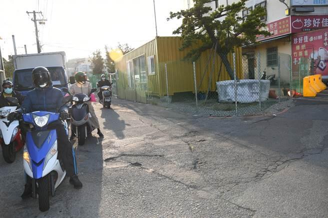 彰化市大埔路270巷為私人土地,位於超流量多的路口,近來地主在巷道兩端搭圍籬並放置紐澤西護欄路障,彰化市長林世賢15日帶隊前往拆除。(吳敏菁攝)