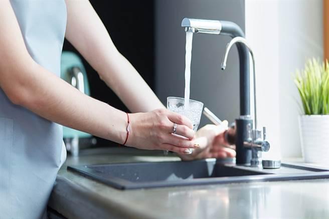 天冷活動、飲水量少,都會造成排便不順暢。(示意圖/常春月刊提供)