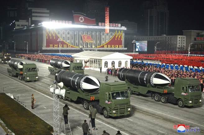 這次展示的飛彈都使用固體燃料,顯現北韓飛彈技術已臻成熟。(圖/路透社)