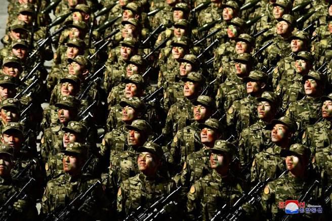 儘管全球疫情大流行,但北韓閱兵中卻沒有人戴口罩。(圖/路透社)