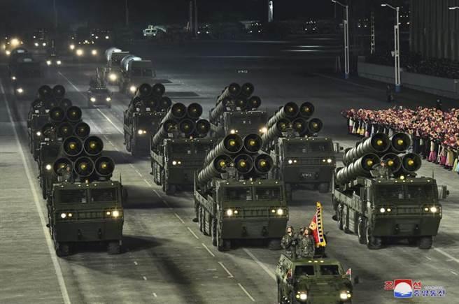北韓在拜登就職前夕大動作閱兵,不無喊話意味。(圖/美聯社)