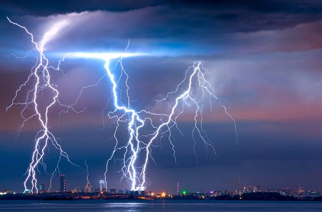 一道閃電竟然從天而降,僅差幾公分就擊中他。(示意圖/達志影像)