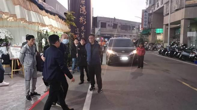高雄市前市長韓國瑜(戴口罩者)向嘉義聞人洪鴻彬致哀後離去。(讀者提供)