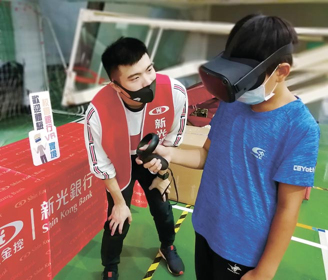 金融理財教育導入VR技術,由新光銀行資訊團隊自行設計研發「虛擬實境普惠金融教學系統」獲得專利。圖/新光提供