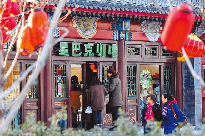 星巴克積極經營中國市場,上月以「官方氣氛組」話題登上微博熱搜。圖為星巴克北京什剎海店,門前燈籠高掛,古色古香。(中新社)