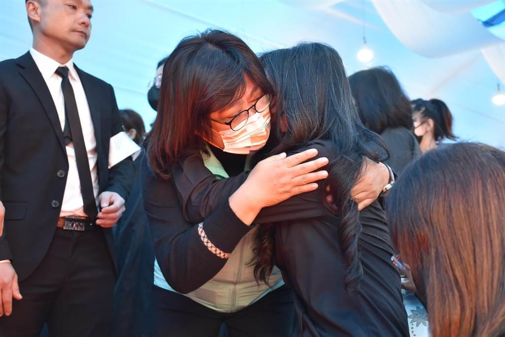 立委王美惠擁抱遺孀,兩人痛哭失聲。(呂妍庭攝)