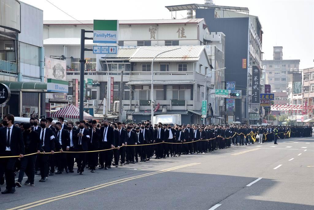 上千人組成的送行隊伍一路高喊「大仔,一路好走」。(呂妍庭攝)