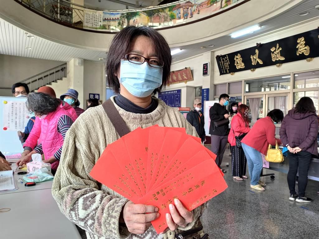 王先生一早就來大村鄉公所領取現金關懷禮金,連同幫家人親友代領,總共拿了9大包、1.8萬元。(謝瓊雲攝)