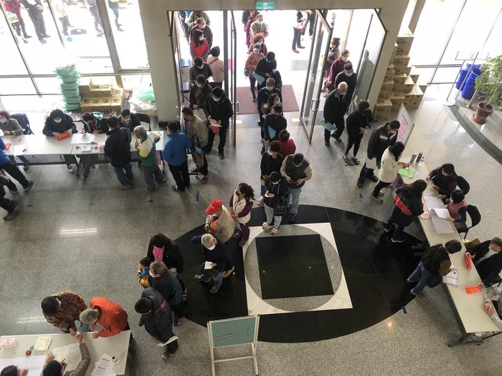 大村鄉民在公所大廳排隊等候領取現金禮金。(謝瓊雲攝)