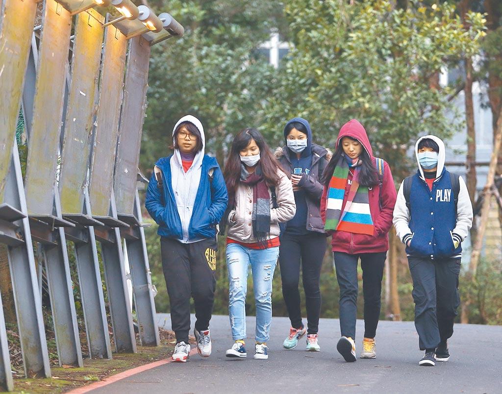 天氣冷吱吱!學生禦寒衣物,將不必硬塞在制服內,可根據氣溫,主觀添加衣物,帽T、厚衣也行。(本報資料照片)