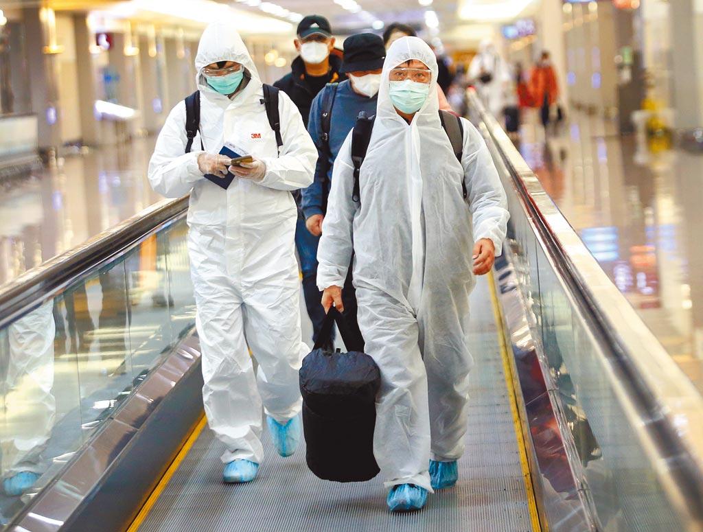 新冠肺炎疫情持續升溫,中央流行疫情指揮中心規定,自昨日起,實施居家檢疫「一人一戶」防疫新制,在桃園機場入境管制區內,一群剛下機的旅客準備通關入境。(范揚光攝)