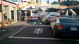 板橋6旬翁過馬路疑進視線死角 遭公車捲入車底命危搶救中