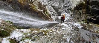 瀑布雪景曝光 高手垂降登仙溪谷 覆满霜雪一睹壮阔冰封世界