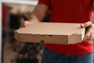 顧客不是人!送披薩驚見牠來領餐 外送員嚇傻倒退嚕