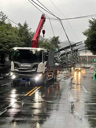 吊車勾到電纜線 連扯6電桿砸壞6車 害800戶停電