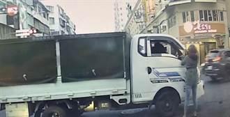 行車糾紛起口角 小貨車惡劣衝撞機車 小孩嚇哭父受傷