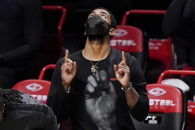 籃網球星厄文回歸球隊,明日客場打騎士將看到他的身影,他向球迷道歉認錯,允諾會全力實現諾言。(美聯社資料照)