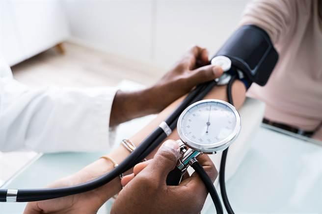 加拿大學界發現,每天伸展30分鐘,比快走更能有效降低血壓。(圖/Shutterstock)
