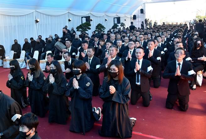 嘉義地方聞人洪鴻彬告別式場面盛大,旗下弟兄以三跪九叩告別大哥。(呂妍庭攝)