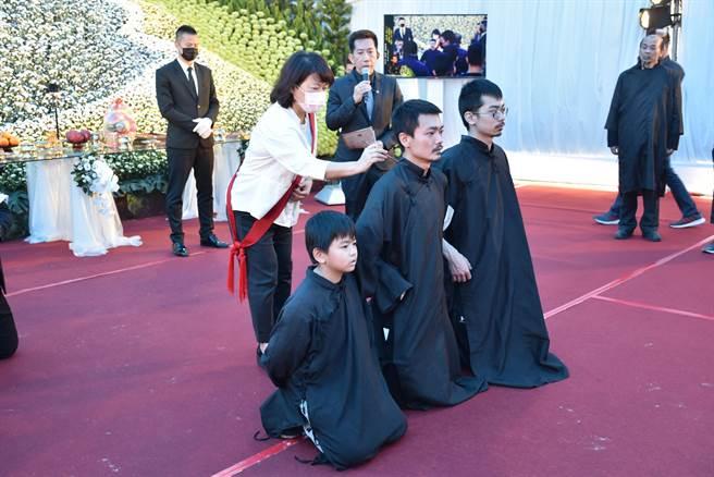 今告別式會場湧進來自全省各地道上弟兄,由市長黃敏惠擔任點主官。(呂妍庭攝)