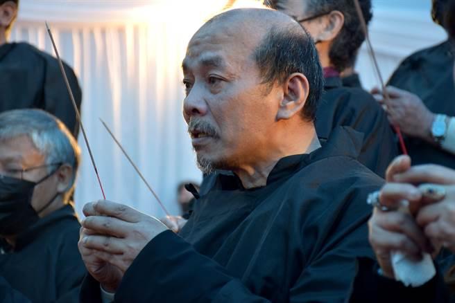 洪鴻彬的弟弟、新港鄉代表會主席洪鴻然拜別哥哥時淚流不止。(呂妍庭攝)