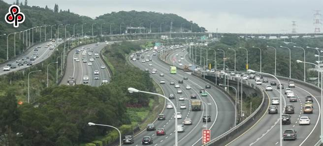 疫情改變國人交通習慣,2020年國道通行費多賺5億元。(本報資料照)