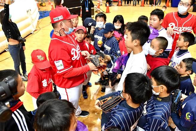 劉時豪指導接棒未來迷你棒球賽。(YYsports寶勝國際提供)