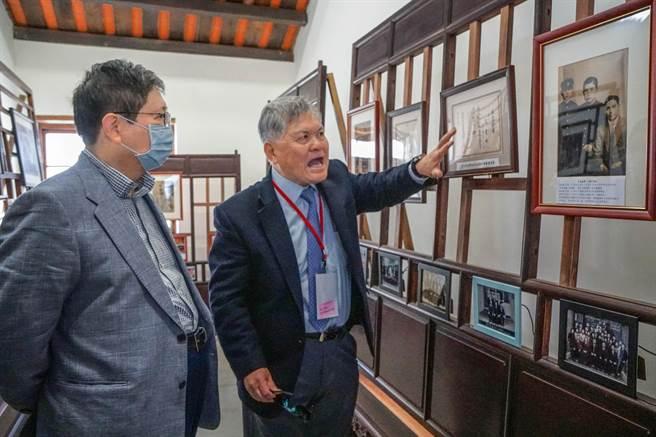 潘屋召集人潘鵬仁(右)向縣長楊文科(左)導覽介紹展示的老照片。(羅浚濱攝)