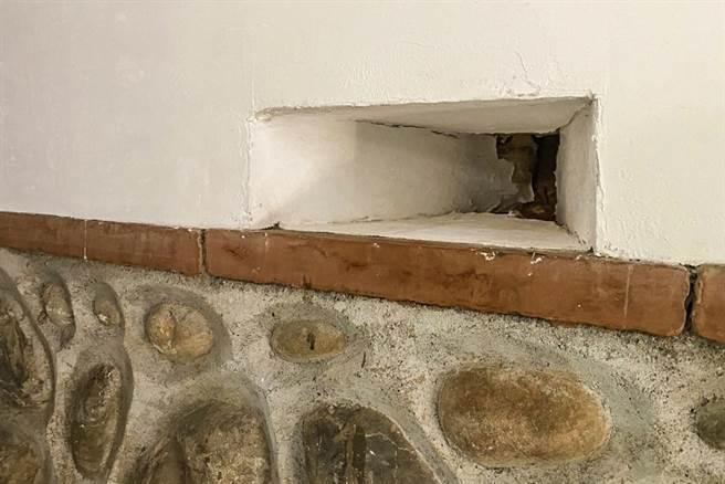 新埔潘屋施工過程中意外發現灰泥牆壁裡隱藏有13處射擊槍口。(羅浚濱攝)