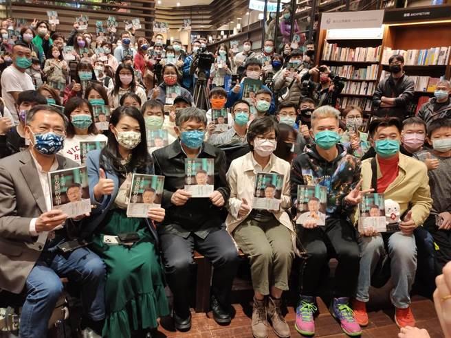台北市長柯文哲新書讀者見面簽書會,16日於台中中友百貨誠品書店舉行。(張妍溱攝)