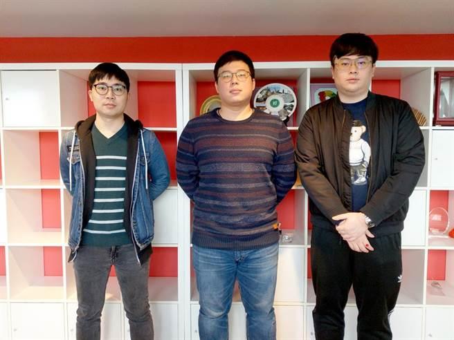 不畏疫情,華梵大學張聖哲(由左至右)、陳至宗、蕭呈安取得英國帝門大學碩士。(華梵大學提供)