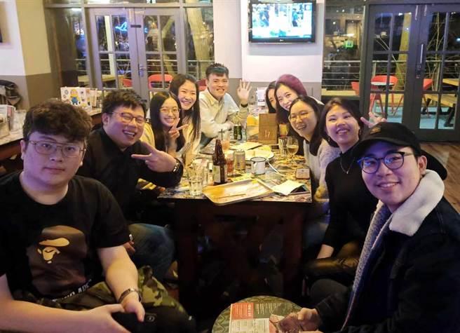 蕭呈安(左一)、陳至宗(左二)與張聖哲(右一)參加帝門大學臺灣同學會活動。(華梵大學提供)