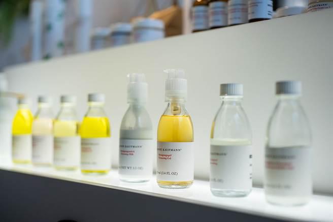 蘇珊賀夫曼產品大都採用玻璃製瓶罐,即使不得已從奧地利或德國採購塑料,也要求是可以被回收再利用,確保包材完全可回收。(圖/品牌提供)