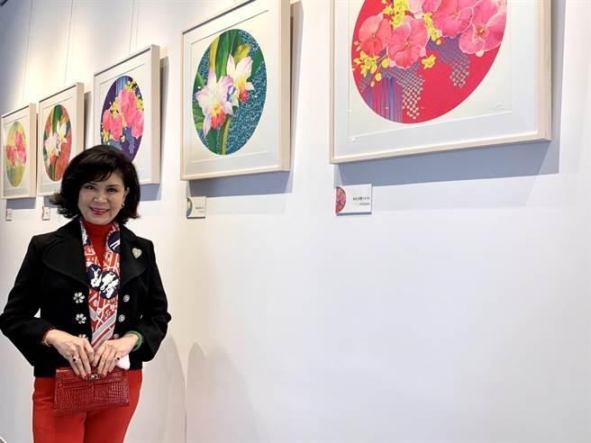 「最美麗主持人」白嘉莉近日在台南安平靈糧堂展出多幅版畫作品。(李宜杰攝)