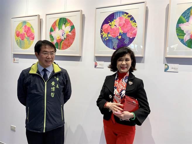 台南市長黃偉哲(左)16日前往觀展,盛讚白嘉莉有氣質又善良。(李宜杰攝)