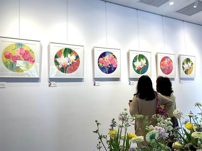 本次版畫作品,白嘉莉選用印尼傳統南洋蠟染紋飾當作背景,以豐富的色彩搭配花卉盛開樣態。(李宜杰攝)