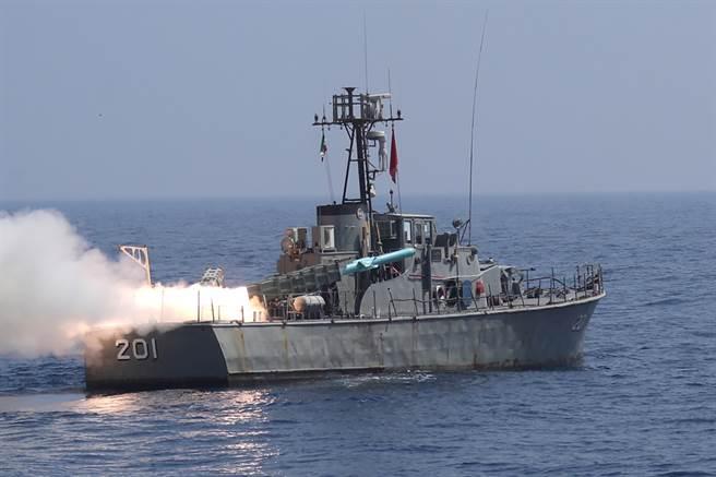 伊朗軍艦「澤雷號」(Zereh)試射短程飛彈。(圖/路透社)