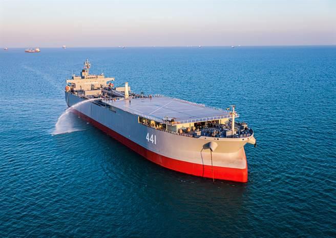 伊朗海軍最大艘的軍艦「馬克蘭號」。(圖/路透社)