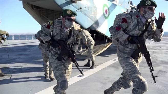 突擊隊員自直升機奔出,趕往定點。(圖/美聯社)
