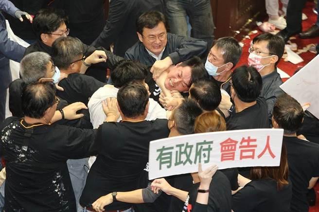 基進黨立委陳柏惟(圖中遭鎖喉者)曾秀出與王浩宇、黃捷合照嗆「韓粉沒很多,罷不掉我們」,遭網友挖出打臉。(圖/資料照、杜宜諳攝)